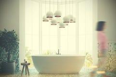 Intérieur gris de salle de bains, baquet, fille Photographie stock