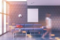 Intérieur gris de salon, tache floue bleue de sofa d'affiche Photographie stock libre de droits