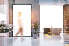 Intérieur gris et rose de salle de bains de tuile, femme Image stock