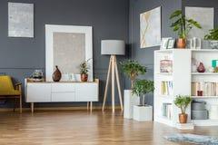 Intérieur gris floral de salon photos libres de droits