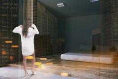 Intérieur gris-foncé de chambre à coucher, femme Photos stock