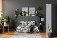 Intérieur gris spacieux de chambre à coucher Photos libres de droits
