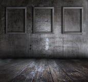 Intérieur grunge avec des cadres de tableau Photographie stock libre de droits