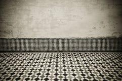 Intérieur grunge avec le plancher carrelé marocain de vintage photos stock