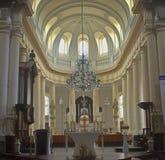 Intérieur impressionnant d'une église catholique dans Avranches, France images stock