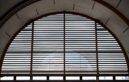Intérieur industriel avec de grands fenêtres et volets Image libre de droits