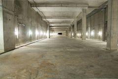 Intérieur industriel vide de pièce de garage avec le béton photo stock