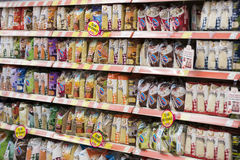 Intérieur intérieur des montants et des réfrigérateurs avec des produits de supermarché de Migros dans Marmaris, Turquie Images libres de droits