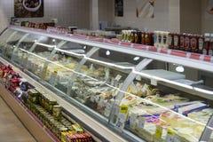 Intérieur intérieur des montants et des réfrigérateurs avec des produits de supermarché de Migros dans Marmaris, Turquie Image stock