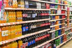 Intérieur intérieur des montants et des réfrigérateurs avec des produits de supermarché de Migros dans Marmaris, Turquie Image libre de droits