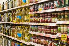 Intérieur intérieur des montants et des réfrigérateurs avec des produits de supermarché de Migros dans Marmaris, Turquie Photographie stock