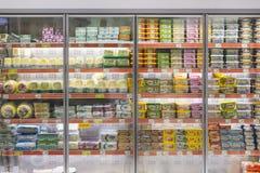Intérieur intérieur des montants et des réfrigérateurs avec des produits de supermarché de Migros dans Marmaris, Turquie Photo libre de droits