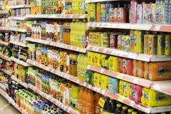 Intérieur intérieur des montants et des réfrigérateurs avec des produits de supermarché de Migros dans Marmaris, Turquie Photos libres de droits