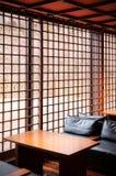 Intérieur japonais moderne de salon, divan en cuir, table en bois Photographie stock libre de droits
