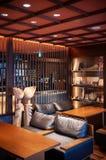 Intérieur japonais moderne de salon, divan en cuir, table en bois Photo stock