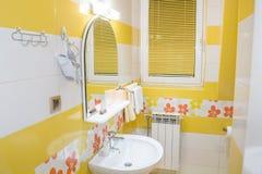 Intérieur jaune de salle de bains photo libre de droits