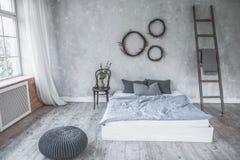 Intérieur léger de chambre à coucher de style de grenier, conception faite dans des couleurs grises et pourpres avec les meubles  image libre de droits
