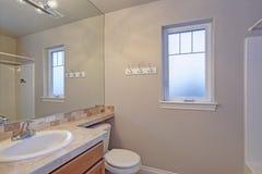 Intérieur léger de salle de bains avec le coffret supérieur carrelé de vanité images libres de droits