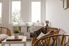 Intérieur léger meublé ordonné photos stock