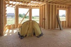 Intérieur lancé par tente jaune la maison construite Photo stock