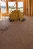 Intérieur lancé par tente jaune la maison construite Photographie stock libre de droits