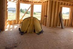 Intérieur lancé par tente jaune la maison construite Image libre de droits