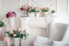 Intérieur lumineux avec un fauteuil et fleurs et inscriptions dans le bonheur russe, amour photo stock