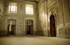 Intérieur lumineux dans le bâtiment antique photographie stock