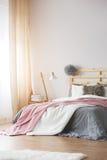 Intérieur lumineux de chambre à coucher photos stock