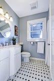 Intérieur lumineux de salle de bains dans la couleur bleu-clair image stock