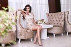 Intérieur luxary de maquillage de bijoux de robe de belle femme sexy Photographie stock libre de droits