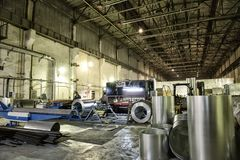 Intérieur métallurgique d'usine avec des outils d'équipement de machines, la fabrication industrielle des tuyaux en acier de clim Photographie stock