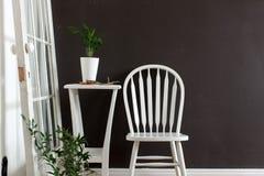 Intérieur meublé avec la chaise, table avec des fleurs photos libres de droits