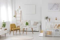 Intérieur meublé et confortable de chambre à coucher image stock