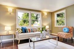 Intérieur meublé moderne de salon avec le plancher en bois dur images stock