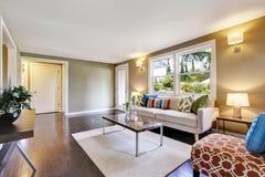 Intérieur meublé moderne de salon avec le plancher en bois dur photographie stock libre de droits