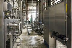 Intérieur moderne d'usine de brasserie Réservoirs en acier ou cuves pour la bière de filtration, les lignes de tuyau et tout autr photo stock