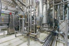 Intérieur moderne de brasserie Cuves de filtration, canalisation, valves et tout autre équipement de chaîne de production de bièr photo libre de droits