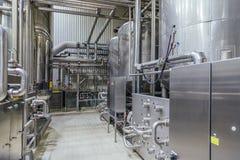 Intérieur moderne de brasserie Cuves de filtration, canalisation, valves et tout autre équipement de chaîne de production de bièr photos libres de droits