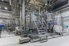 Intérieur moderne de brasserie Cuves de filtration, canalisation, valves et tout autre équipement de chaîne de production de bièr photographie stock