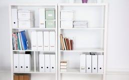 Intérieur moderne de bureau avec des tables, des chaises et des bibliothèques photographie stock libre de droits