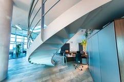 Intérieur moderne de bureau avec l'escalier Affaires et Co d'entreprise Photographie stock