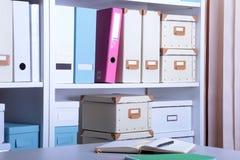 Intérieur moderne de bureau avec l'ordinateur portable, les chaises et les bibliothèques photos stock