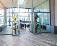 Intérieur moderne de bureau Salle et bureaux de conférence corporate Images stock