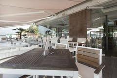 Intérieur moderne de café de rive pendant le matin photos libres de droits