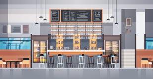 Intérieur moderne de café ou de restaurant avec le compteur de barre et les bouteilles d'alcool et de verres sur le fond Photos stock