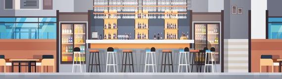 Intérieur moderne de café ou de restaurant avec le compteur de barre et les bouteilles d'alcool et de verres sur la bannière hori Images stock