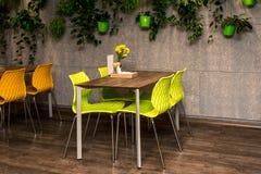 Intérieur moderne de café, table colorée et chaises images libres de droits