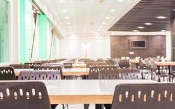 Intérieur moderne de cafétéria ou de cantine avec des chaises et des tables Photo libre de droits