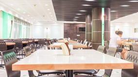 Intérieur moderne de cafétéria ou de cantine avec des chaises et des tables Image stock